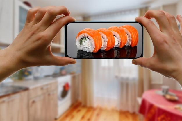 Заказать суши-сет филадельфия. использование приложения для мобильного телефона из дома.