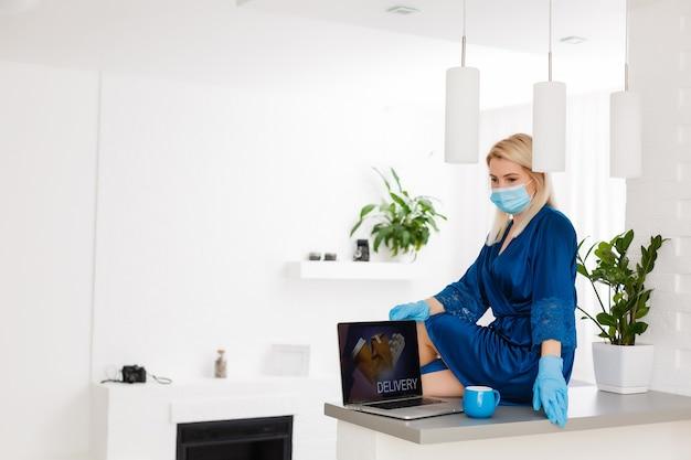 検疫と流行の間にオンラインストアで食べ物と薬を注文する、医療マスクの女性の肖像画