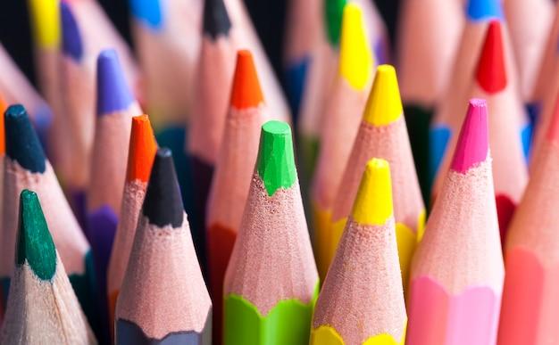 描画と創造性のためのさまざまな色のソフトリードを備えた通常の色の木製鉛筆、シャープにして使用した後の鉛筆のクローズアップ、子供に安全な天然素材で作られた鉛筆