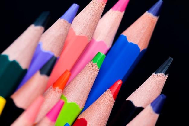 描画と創造性のためのさまざまな色の柔らかい鉛を備えた通常の色の木製の鉛筆