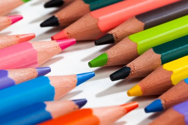普通色の木の鉛筆
