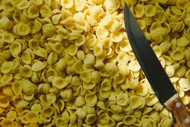 テーブルとナイフのorecchiette、イタリアの小麦セモリナパスタ。