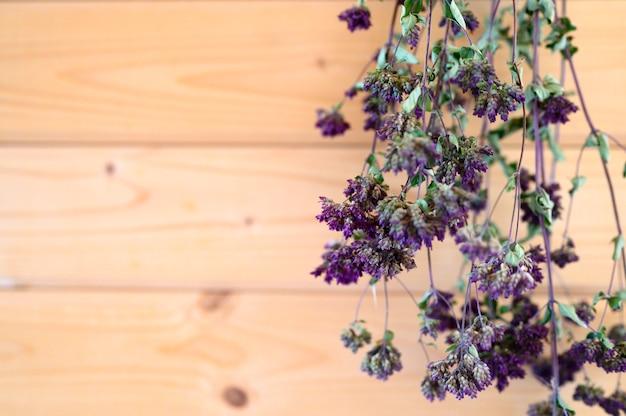 オレガノは乾燥した薬用植物をぶら下げ乾燥束