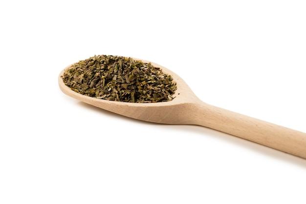 흰색 절연 나무로되는 숟가락에 오레가노 향신료