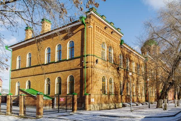 オレンブルクロシア家の教会のドームのある古いれんが造りの建物の角体育館