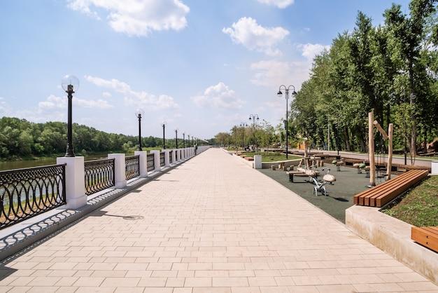 ウラル山脈のオレンブルクロシア堤防は、遊び場のある街の遊歩道をプロットします