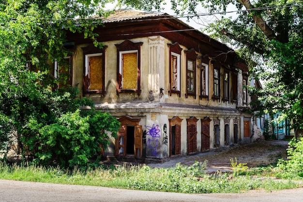 オレンブルクロシア目詰まりした窓のある古い廃屋