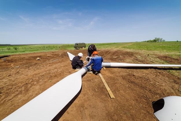 Orenburg russia 풍력 터빈 로터를 조립하는 건설 현장의 노동자들