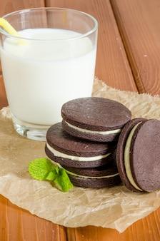 Шоколадное печенье со сливочным кремом. домашнее печенье oreo со стаканом молока.