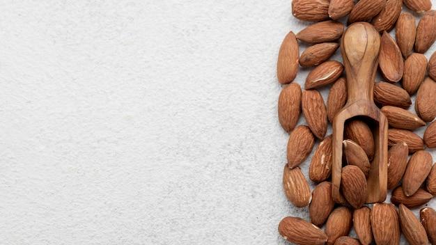 Органические миндальные орехи и деревянная ложка