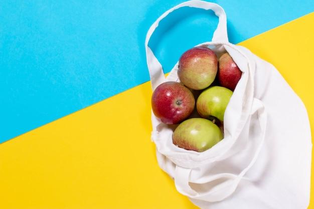 綿の袋に入った有機リンゴ