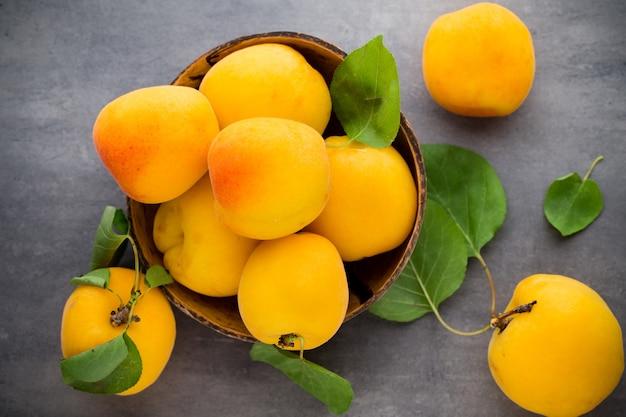 Органические абрикосы с листьями