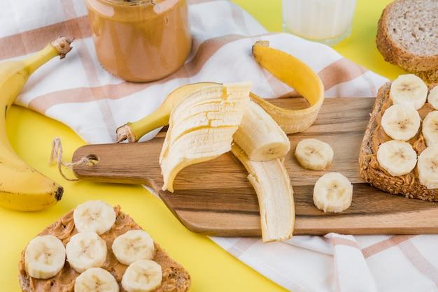 テーブルの上のピーナッツバターと有機バナナ