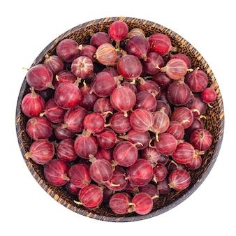 Органические ягоды, крыжовник в деревянной миске.