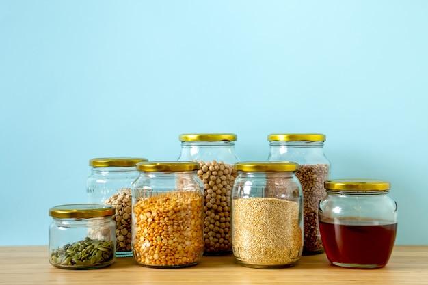 제로 폐기물 공장에서 유기농 바이오 벌크 제품. 쓰레기가 적은 생활 방식으로 주방에 식품 저장