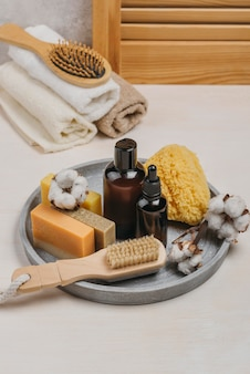 Органическое масло для тела на подносе