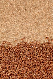 有機茶色そばとそば粉挽いたグリッツまたはフレーク自然食品の背景