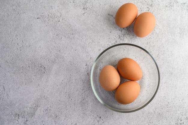 Uova marroni organiche in ciotola di vetro