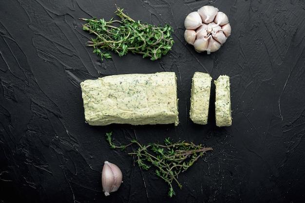 검은 돌에 샌드위치와 스테이크 세트를 위한 허브를 곁들인 유기농 버터