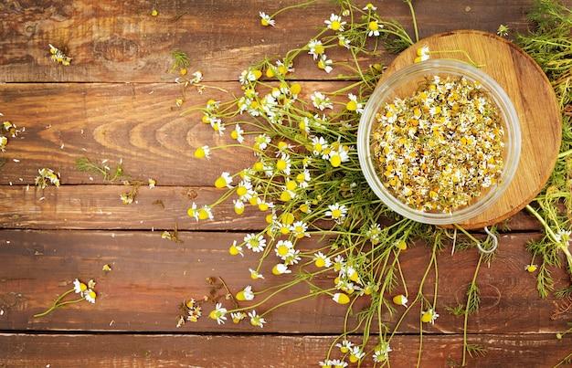 Органические цветы ромашки на деревянном столе