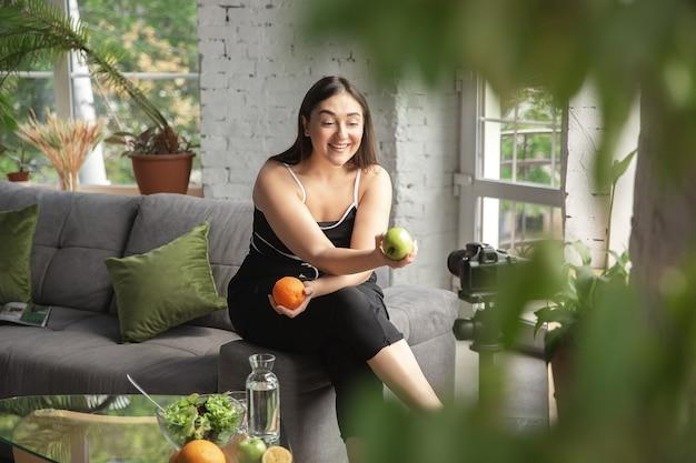 オーガニック。白人のブロガー、女性はダイエットと減量の方法をvlogで作成します