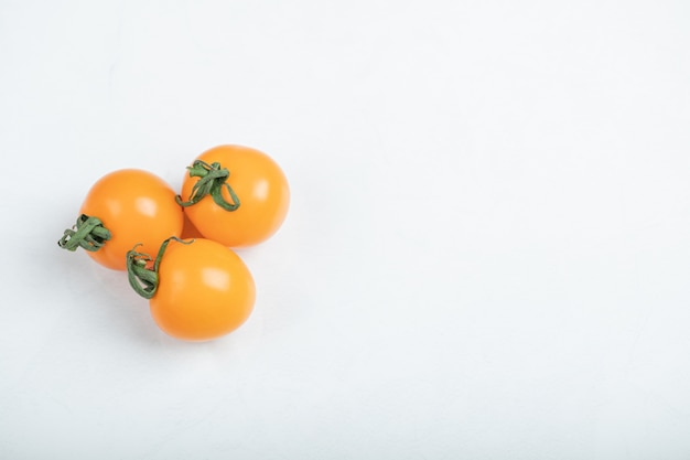 Pomodorini biologici isolati su sfondo bianco. . foto di alta qualità