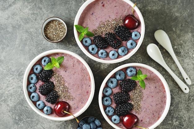 Смузи из органических семян чиа с ежевикой, вишней, черникой и йогуртом