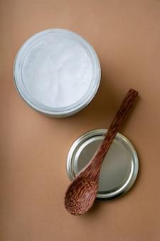 코코넛 스푼으로 유리 항아리에 유기농 코코넛 오일. 지속 가능성 개념. 평면도. 플랫 레이.