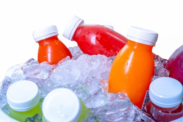 有機コールドプレス生野菜とフルーツジュースのボトル
