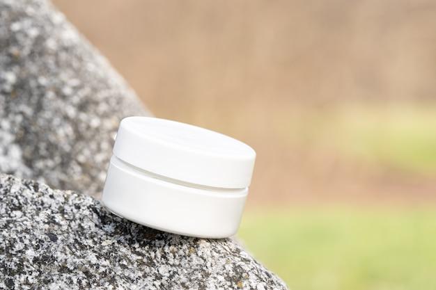항아리에 유기농 화장품. 돌 자연 벽에 아름다움 포장 모형. 로션, 손
