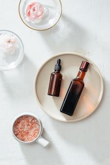 Органическая косметика с лечебным маслом на белом фоне, вид сверху
