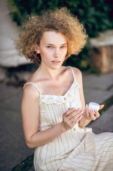 有機化粧品。手にオーガニックフェイスクリームの瓶を持つきれいな女性