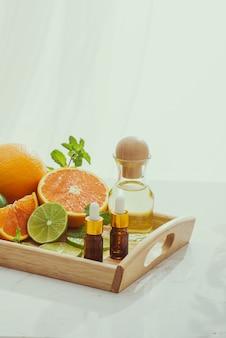 Органическая косметика с травяными экстрактами лимона, апельсина, мяты на ярком фоне