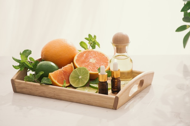 明るい背景にレモン、オレンジ、ミントのハーブエキスとオーガニック化粧品