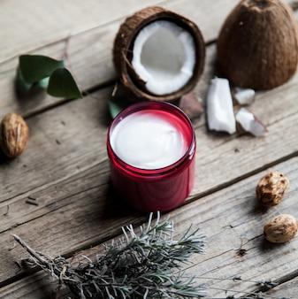 Органический крем на деревянном столе. кондиционер, шампунь для ухода за волосами. натуральная косметика. здоровая кожа и волосы.