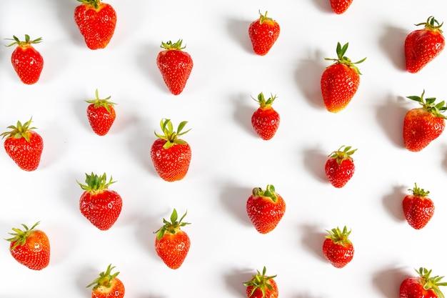 有機おいしいイチゴ果実のシームレスなパターン、上面図、フラットレイアウト