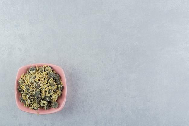 분홍색 그릇에 유기농 말린 꽃 꽃잎