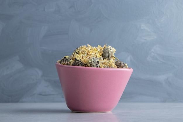 분홍색 그릇에 유기농 말린 꽃