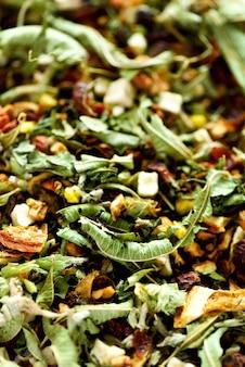 有機乾燥カモミールとシナノキハーブティー。フード。有機性健康的なハーブの葉。ドライフルーツと緑のデトックス茶のテクスチャ。
