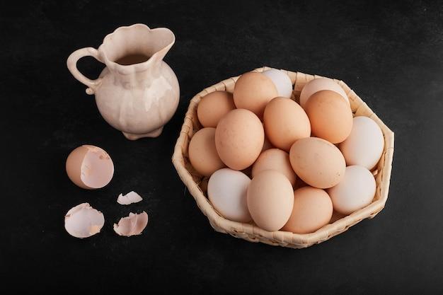 Uova biologiche in una tazza di bambù.