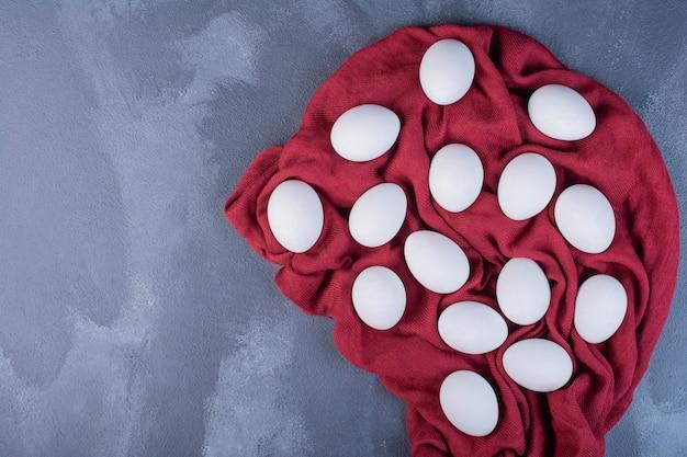 Uova biologiche isolate su un pezzo di carta da cucina.