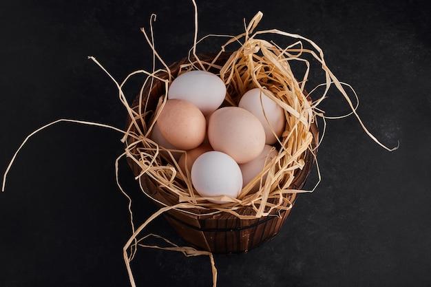 Uova biologiche nel nido, vista dall'alto.