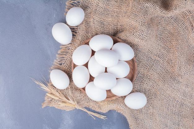 Органические яйца на кухонном полотенце.
