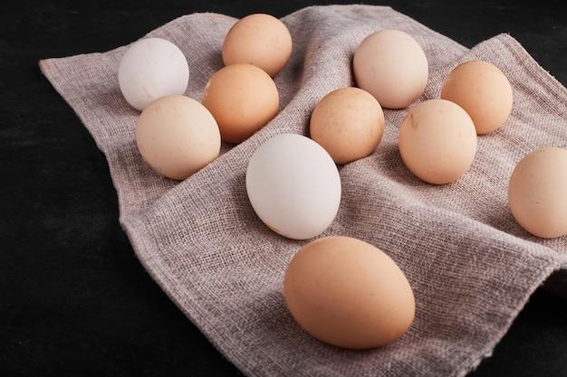 キッチンタオルの上に有機卵。