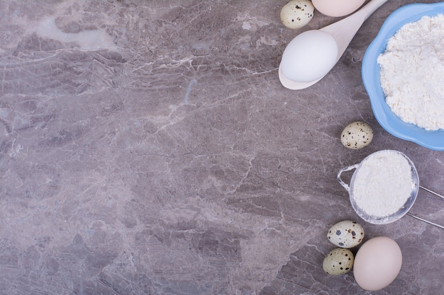 돌에 밀가루 한잔과 함께 유기농 계란