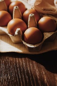 계란 상자와 소박한 천 냅킨, 근접 촬영에 유기농 농장 계란