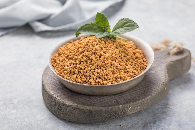 ボウルに有機フェヌグリーク種子。 trigonellafoenum-graecum