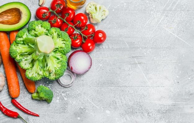 自然食品。健康野菜の品揃え。素朴な背景に。