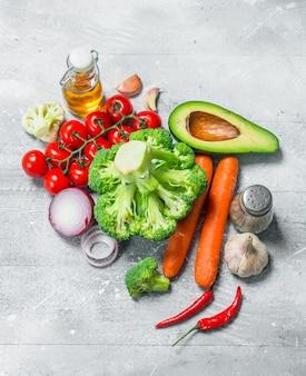 유기농 식품. 건강 야채 모듬. 소박한 표면에.