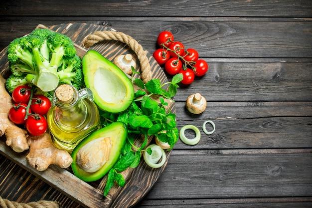 유기농 식품. 나무 상자에 익은 야채의 구색입니다. 나무에.